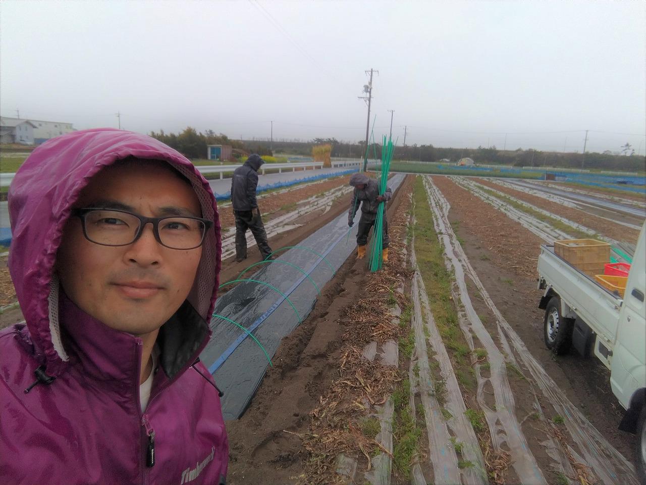 雨の日に畑仕事をする園長